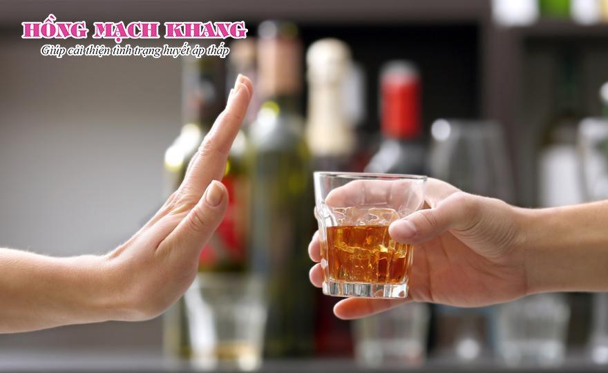 Tránh sử dụng đồ uống có cồn trong cùng bữa ăn